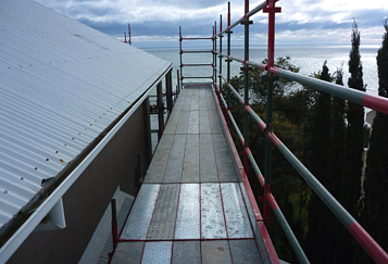 Scaffolding installed from the ground-up to perimeter of home